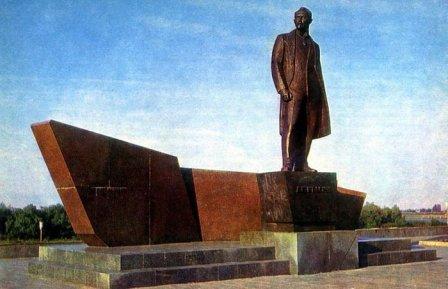 Памятник Леониду  Борисовичу  Красину в Кургане.