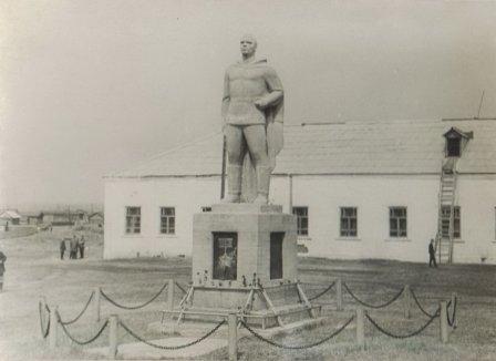 Памятник солдату в селе Затеченское Далматовского района