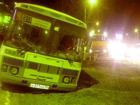 Под землю в Кургане провалился автобус.