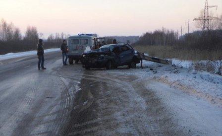 Легковой автомобиль врезался в ограждение. Пассажир погиб.