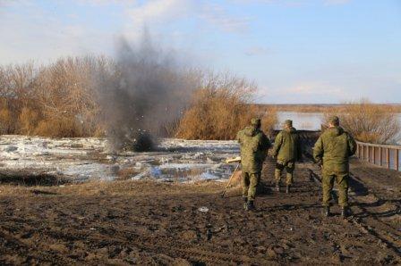 В Далматово Курганской области подорвали ледяные заторы