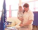 Депутат областной Думы Игорь Меньшиков на свой избирательный участок пришел с семьей.