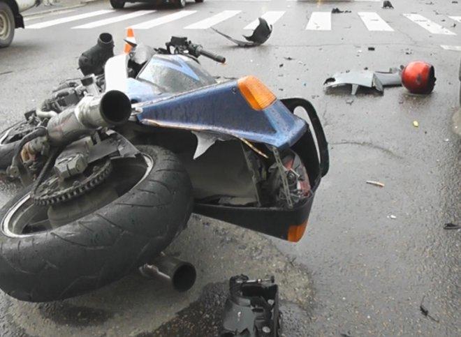 Нерадивый мотоциклист опрокинул мотоцикл вместе со своими детьми