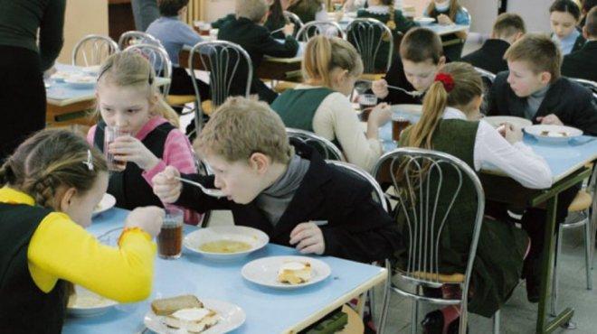 Детей в школах и садиках кормили чем попало
