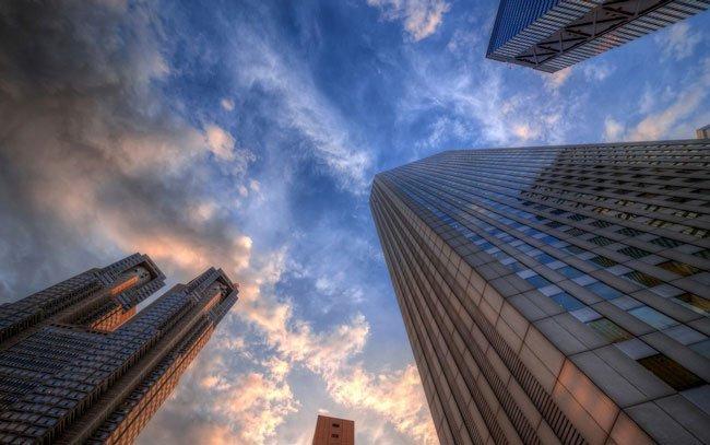 Проводится проверка относительно факта падения рабочего с пятого этажа здания