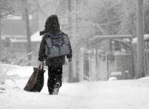 Школьники остаются дома из-за морозов, отмена занятий коснулась первой и второй смены